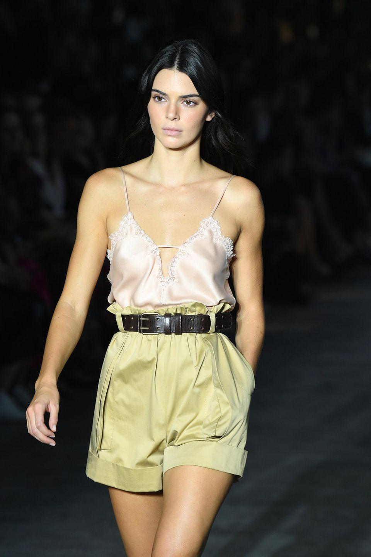 Auch bei Alberta laufen die üblichen Topmodels. Kendall Jenners Look besteht aus einer Seidencamisole und einer Cargopants.