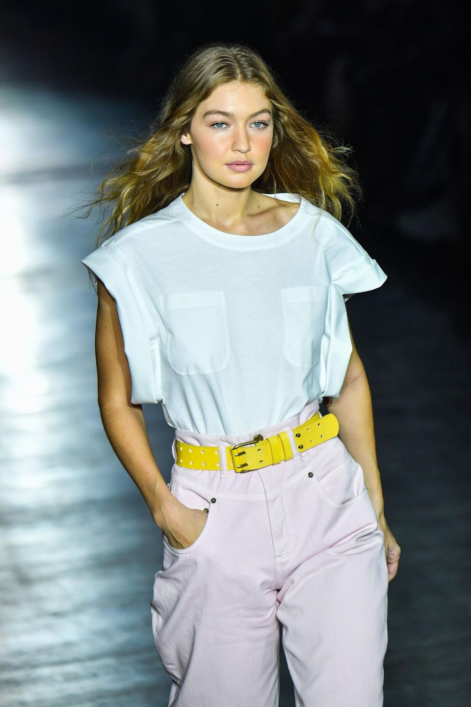 Gigi Hadid präsentiert ebenfalls eine coole Hose mit hohem Bund - ein It-Piece der Kollektion.