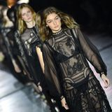 Die zweiten Looks bei Alberta Ferretti sind das komplette Gegenteil zu Runde Nummer Eins. Hier präsentieren die Models schwarze Spitzenkleider in Goth-Romantik.