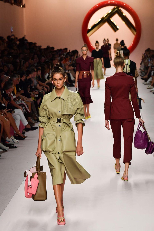 Auf dem Laufsteg von Fendi sind die Topmodels los. Unter anderem präsentiert Kaia Gerber die neuen Designs.
