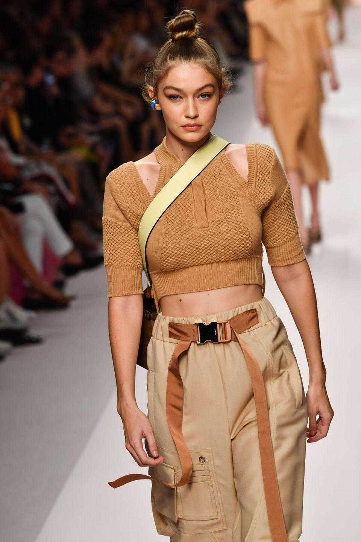 Auch Gigi Hadid führt vor, was Designer Karl Lagerfeld für die Sommer-Saison 2019 entworfen hat.
