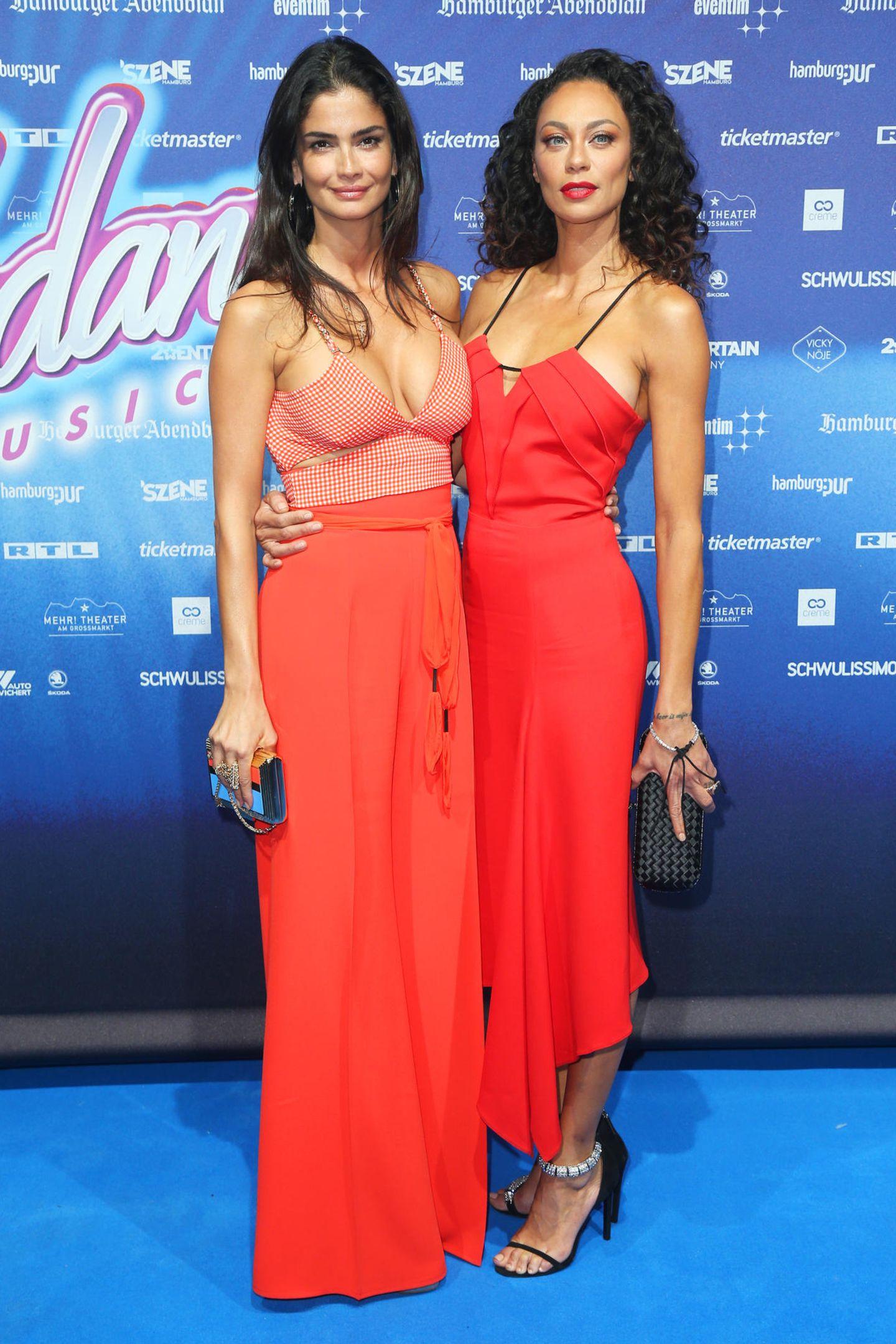 """In Hamburg wird die Deutschland-Premiere des Musicals """"Flashdance"""" gefeiert. Shermine Shahrivar und Lilly Becker präsentieren sich dabei gemeinsam auf dem roten Teppich. Auch farblich hat sich das sexy Duo aufeinander abgestimmt."""