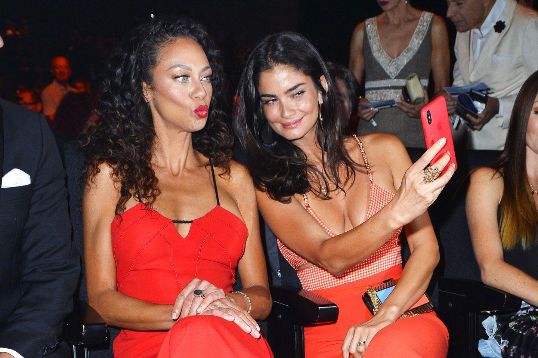 Vor dem Beginn der Show schießen die Freundinnen noch fleißig ein paar Erinnerungs-Selfies.