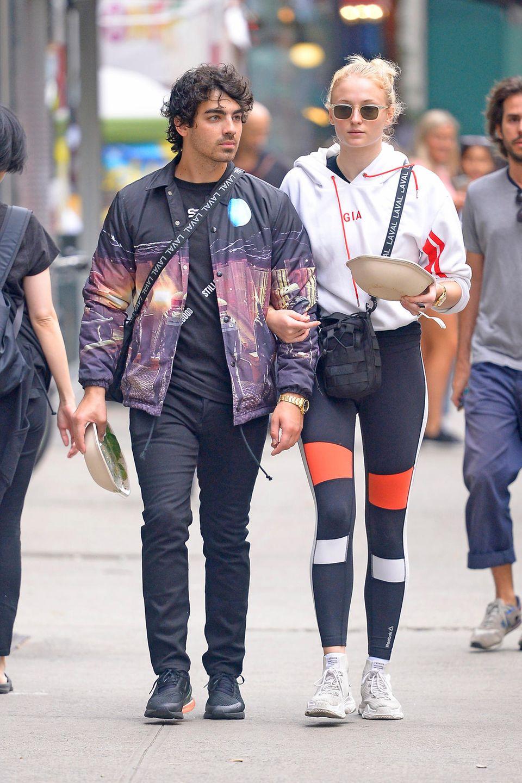 Nicht auf dem roten Teppich, dafür aber in New Yorks Straßen, sind Joe Jonas und Sophie Turner unterwegs. Und das ganz schön stylisch. Sie setzen beide auf den extravaganten Sportlook und tragen die gleiche Tasche.