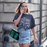 Während der Mailänder Fashion Week ist Pauline Ducruet in der Modestadt unterwegs. Bevor es für die Tochter von Prinzessin Stéphanie in die Front Row geht, läuft sie lässig durch die Straßen. Kurzer Jeansrock, Band-Shirt und Nieten-Slipper - die Monegassin liebt es rockig. Elegant wird der Look durch ihre grüne Gucci-Tasche.