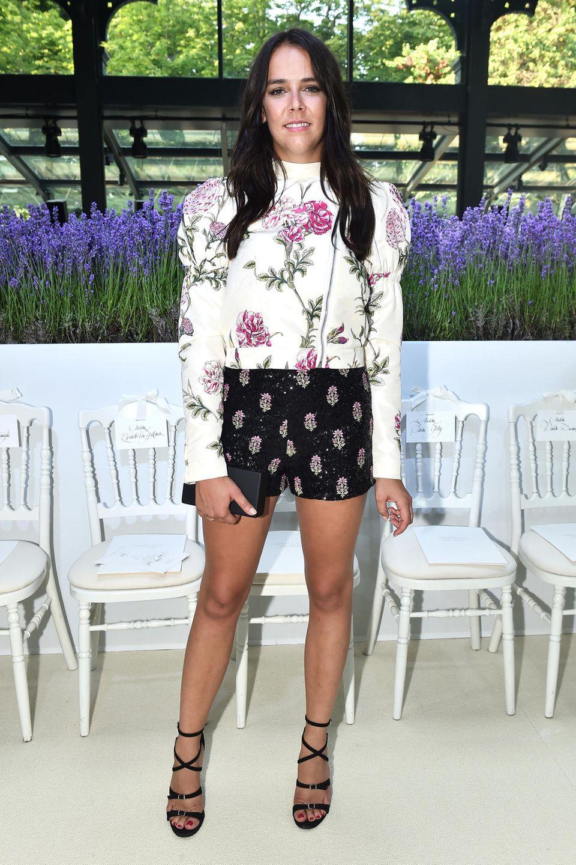 In Paris passt sich Pauline Ducruet dem romantsichen Flair an. In die Front Row vonGiambattista Valli setzt sie sich in einer floralen Kombination mit Puffärmeln.