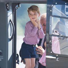 Ja, wir meinen Prinz Georges süße Pose in dem Hubschrauber während seines Besuches in Deutschland im Juli 2017. Prinz Harry hält die Hände genauso wie der kleine Royal. Auch das verschmitzte Lächeln des royalen Nachkommen ist dem von Prinz Harry sehr ähnlich.