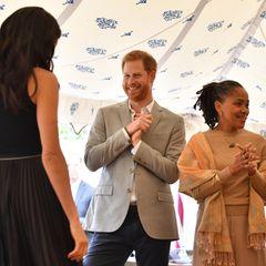 Herzogin Meghan hat in dieser Woche ihren großen Auftritt, als sie ihr erstes Solo-Projekt als neues Mitglied der königlichenFamilie startet. Es ist ein Kochbuch, das mit Frauen aus dem Grenfell Tower erstellt wird. Die Herzogin von Sussex hat bei diesem Projekt die volle Unterstützung von ihrem Ehemann Prinz Harry.Als der frühere Suits-Star von ihrem Projekt spricht, istHarrys Gesicht so glücklich und so erfreut, dass es uns an eine gewisse Situation eines anderen jungen Royals erinnert. Erkennen Sie welche bekannte Pose wir meinen ?