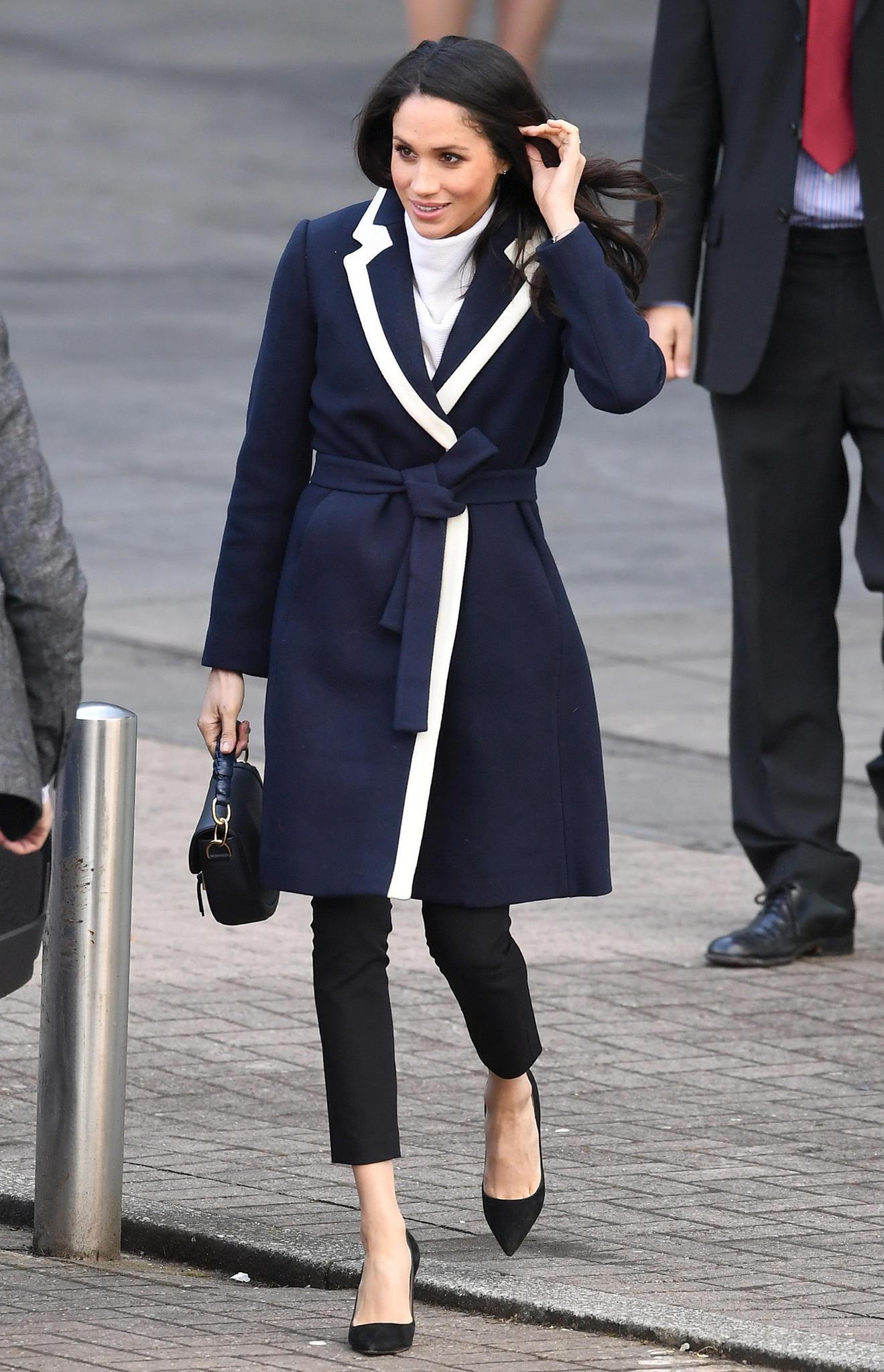 Für einen Besuch in Birmingham wählt Meghan einen stylischen, blauen Mantel mit weißem Revers. Der weiße Rollkragenpullover passt perfekt zum Kragen des Mantels vom amerikanischen Label J.Crew.