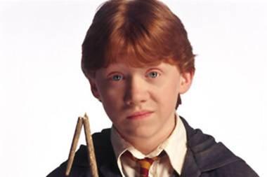 """Unter den zahlreichen """"Harry Potter""""-Fans ist der Schauspieler Rupert Grint natürlich längst ein Star. Als Harry Potters treuerFreund, Schach-Profi, Schnecken-Spucker, Auto-Flieger, Spinnen-Hasser, Quidditch-Hüter wird der Rotschopf bekannt und beliebt.Für die meisten ist der mittlerweile erwachsene Schauspieler in den letzten Jahren möglicherweise ein wenig vom Radar verschwunden. Dabei läuft seine Karriere munter weiter und der 30 Jahre alte Star beweist immer wieder seine Wandlungsfähigkeit.Sie wollen wissen, wie der Schauspieler heute aussieht? Dann klicken Sie ein Bild weiter."""