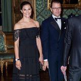 """Auch wenn Prinzessin Victoria im Besitz wertvollster Juwelen und Tiaras ist, beweist sie immer wieder, dass sie erschwingliche Stücke glatt lieber hat. Beim Schwedendinner trägt sie nicht nur ein Kleid, das """"nur"""" 250 Euro kostet, sondern auch eine Uhr, diealles andere als einen Rolex-Preishat."""