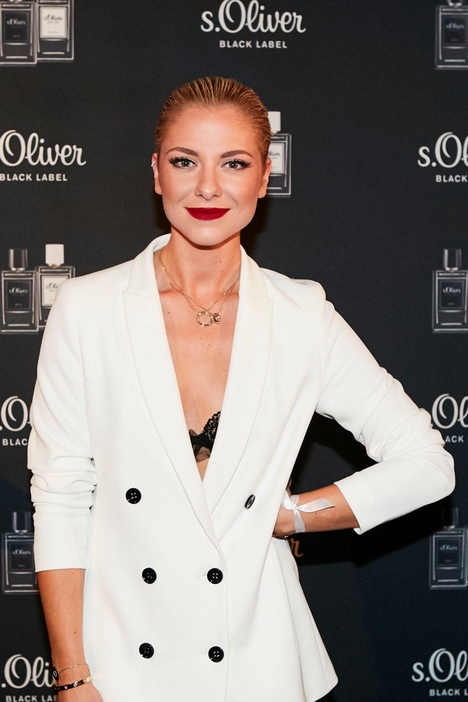 Valentina Pahde ist aus der beliebten Daily Soap nicht mehr wegzudenken. Während ihre Rolle Sunny meist schick und zugknöpft gekleidet ist, zeigt sich die Schauspielerin an diesem Abend sehr sexy in Lederleggins und weißem Longblazer.