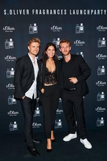"""Chryssanthi Kavazi wird von Jörn Schlönvoigt (rechts) und Niklas Osterloh in die Mitte genommen. Alle kleiden sich an diesem Abend getreu dem """"Black&White""""-Dresscode."""