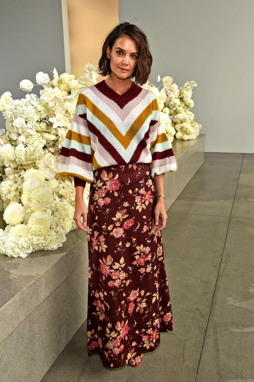 Mustermix: Zur Show von Zimmermann im Rahmen der New York Fashion Week setzt Katie Holmes auf einen coolen Mustermix in harmonierenden Farbtönen. Zu einem geblümtem Maxirock kombiniert sie einen gestreiften Pullover.
