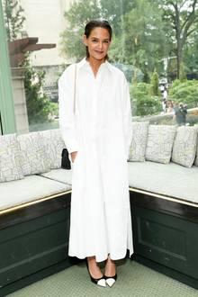 Hätten Sie Katie Holmes auf den ersten Blick erkannt? Die Schauspielerin zeigt sich bei der Show von Tory Burch mit einem ganz anderen Look. Sie trägt ein Oversize-Hemdkleid in Maxilänge mit schwarz-weißen Pumps. Doch vor allem ihr Wet-Hair-Look macht den entscheidenen Unterschied.