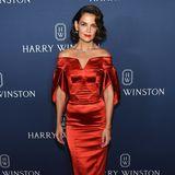 """Als Lady in Red verzaubert Katie Holmes bei der Präsentation von Harry Winstons """"New York""""-Schmuckkollektion. In einem verführerischen Kleid von Zac Posen setzt sie ihre perfekte Figur in Szene. Ihre funkelnde Halskette rundet den Red Carpet Look perfekt ab."""