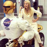 """Für First Daughter Ivanka Trump wird mit ihrem Besuch des NASA Johnson Space Center ein echter Traum wahr. """"Ich wollte immer Astronautin sein"""", sagt sie. Für diesen spacigen Besuch wählt sie einen weißen Hosenanzug und schwarze, spitze Ballerina von Mary Jane. Doch der Hosenanzug muss so einiges mitmachen ..."""