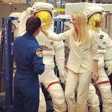 Deutlich ist zu erkennen, dass der weiße Hosenanzug einige Falten geworfen hat und immer knittriger aussieht. Vielleicht hätte sich Ivanka Trump für diesen Besuch doch lieber einen NASA-Anzug anziehen sollen- weiß sind diese ja auch.