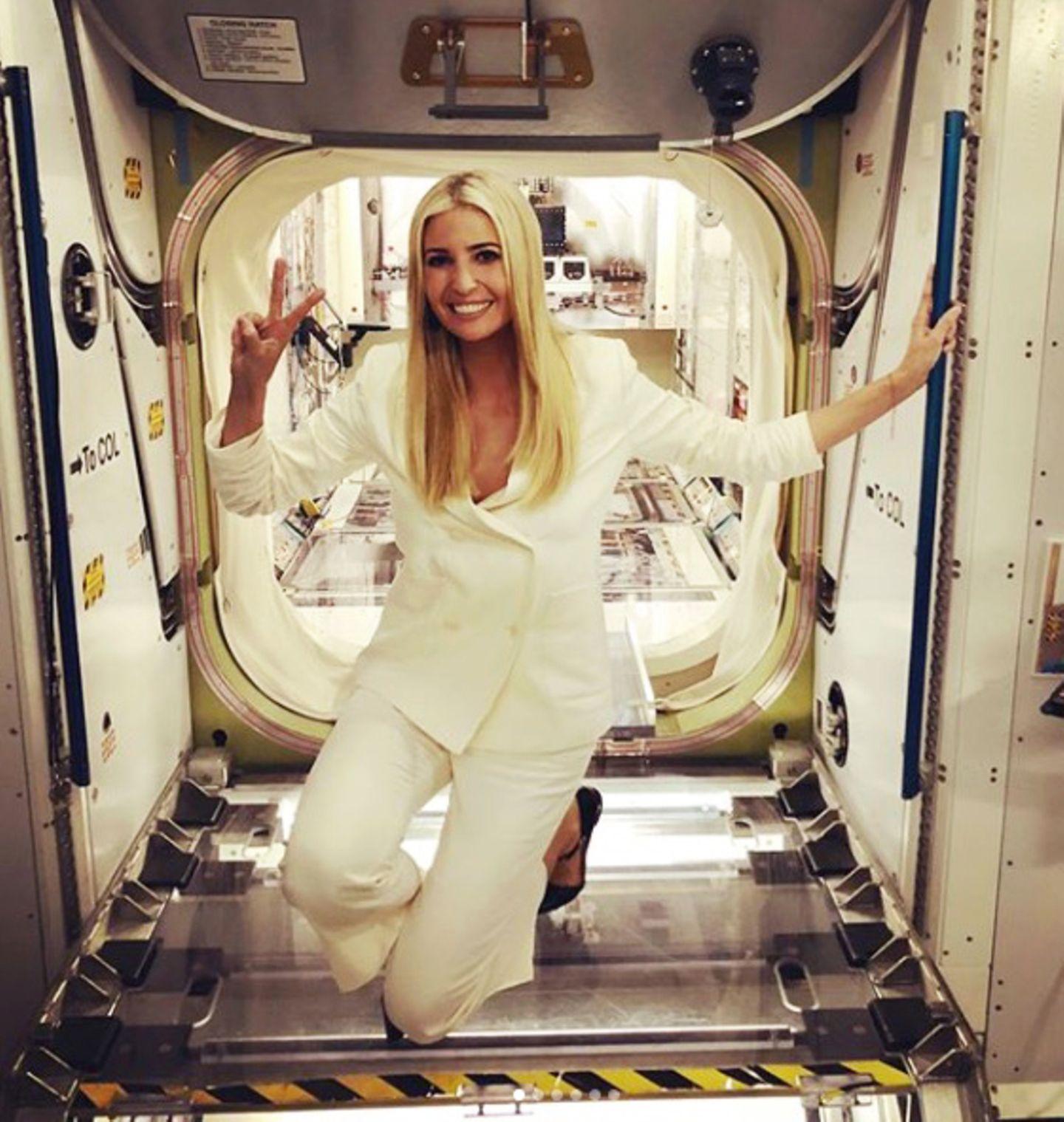 ... denn Ivanka posiert fröhlich herum. Es ist ihr anzusehen, wie sehr ihr der Besuch des NASA Johnson Space Centers gefällt. Ihrem Outfit gefallen die Posen der hübschen Blondine jedoch weniger gut.