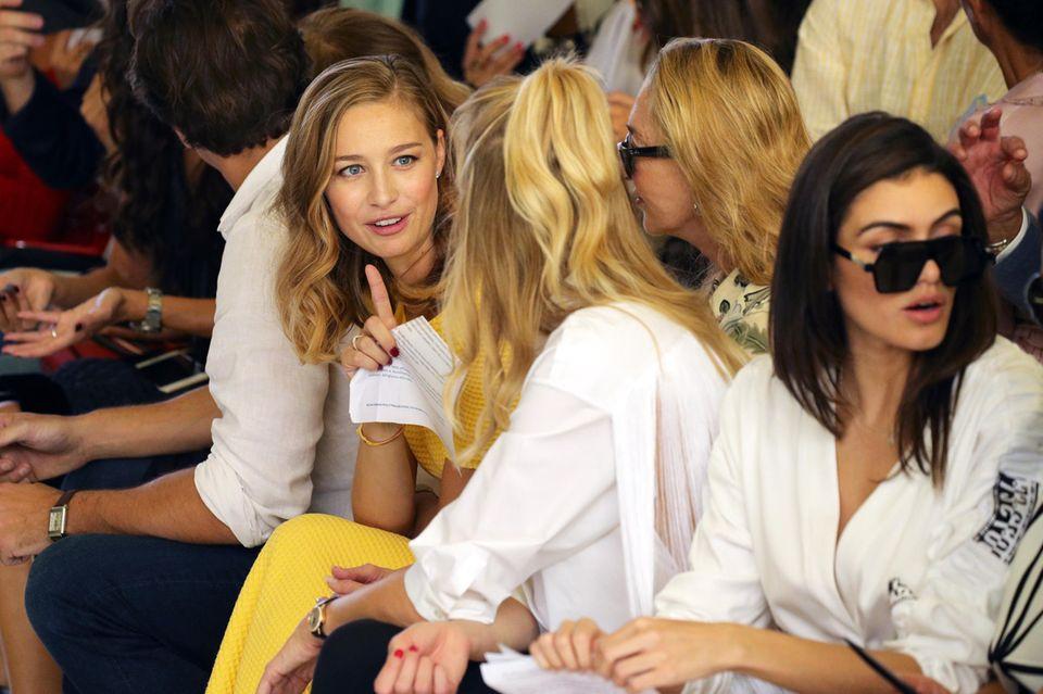Wen haben wir denn da in der Front Row entdeckt? Beatrice Borromeo, Ehefrau vonPierre Casiraghi, nimmt an der Byblos Show im Rahmen der Mailänder Fashion Week teil. Doch ihr Outfit ist weniger royal ...