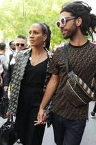 20. September 2018  Während der Mailänder Fashion Week zeigen sich Barbara Becker und Sohn Noah Händchen haltend.