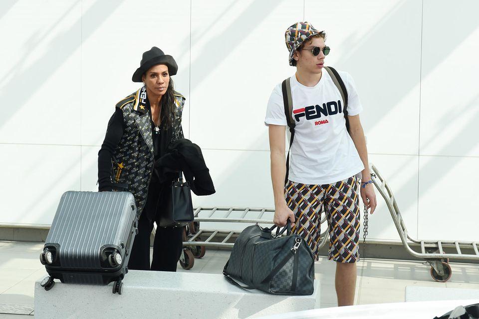 20. September 2018  Kofferschleppen mit Sohnemann Elias: Barbara Becker kommt am Flughafen von Mailand an, um an der Fashionshow teilzunehmen.