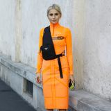 Neon ist in der Spring/Summer 2019 Kollektion von Prada DAS Thema. Kaum verwunderlich also, dass sich Bloggerin Caro Daur für ein neonorangefarbenes Kleid entschieden hat.