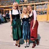 Fesch! Monica Ivancan, Jennifer Knäble und Viviane Geppert fühlen sich in ihren Wiesn-Looks offensichtlich wohl. Alle drei tragen Dirndl in Midi-Länge und kombinieren coole Accessoires.