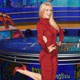 Was für ein Hingucker: Michelle Hunziker zeigt in einer TV-Show, was sie hat. In einem roten, hautengen Midikleid betont sie ihren perfekten Körper.