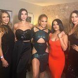 Zu Jennifer Lopez' Show sind so einige Freunde gekommen: Schauspielerin Jessica Alba, die Sängerinnen Dua Lipa undBecky G sowie Schauspielerin Sofia Vergara platzieren sich um den Pop-Star für ein freundschaftliches Erinnerungsfoto.