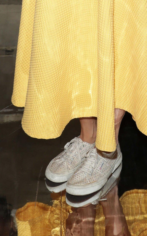 Beatrice trägt nämlich Superga Sneaker. Ein Modell mit Nieten in Used-Optik für nur 85 Euro. Die 33-Jährige ist auch nicht die einzige royale Dame, die dieses Schuhlabel bevorzugt. Auch Herzogin Catherine und Prinzessin Sofia von Schweden zeigen sich häufiger mit den erschwinglichen Sneakern - jedoch in einer schlichteren Variante.