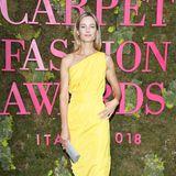 Carolyn Murphy leuchtet bei den Green Carpet Fashion Awards in hellgelber Seide.