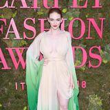 Model und Nachwuchsschauspielerin Larsen Thompson hat im changierenden Seiden-Dress einen hollywoodreifen Auftritt.