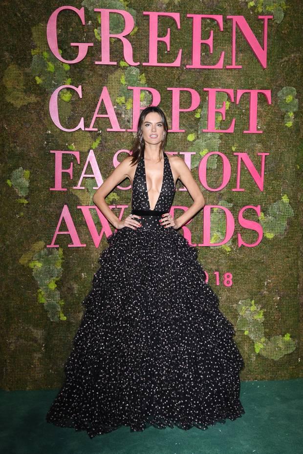 """Alessandra Ambrosio hat wie viele andere Stars die """"Green Carpet Challenge"""" angenommen und sieht dabei im extra angefertigten Philosophy-Kleid aus recyceltem Polyester ziemlich sexy aus."""