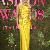 Auch Designerin Donatella Versace ist bei den Green Carpet Fashion Awards im gelben Seidenkleid stylisch dabei.