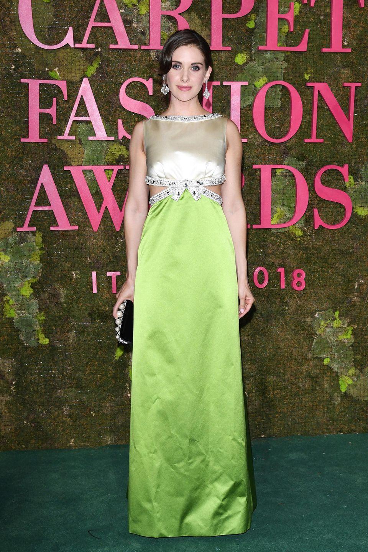 Alison Brie wiederholt ihren Cut-Out-Look der Emmy Awards, und zeigt sich bei den GCFAs in Mailand im seidigen Miu-Miu-Kleid, selbstverständlich aus zertifizierter Seide und auch besetzt mit bleifreinen Swarovski-Kristallen.
