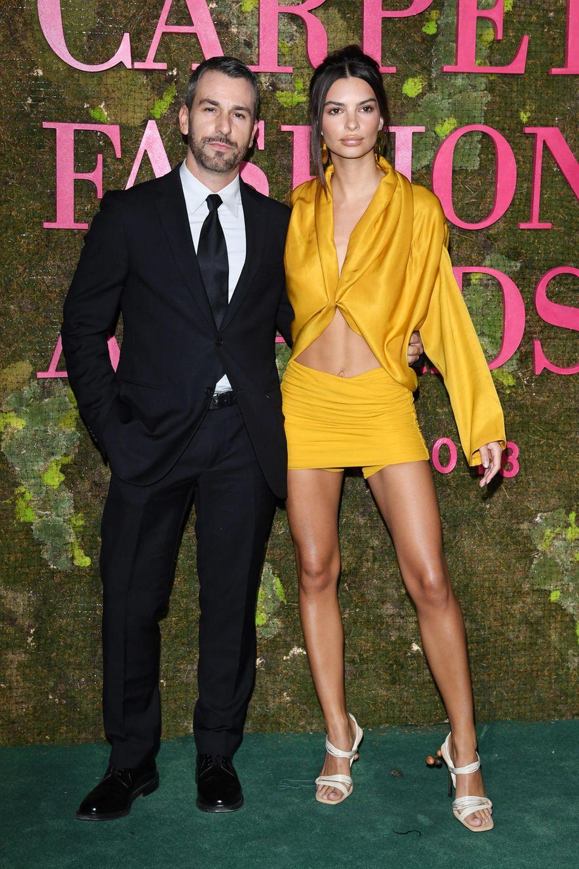 Im sexy-sonnigen Bauchfrei-Look macht Emily Ratajkowski an der Seite von Cavalli-Designer Paul Surridge eine tolle Figur.