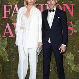 Amber Valletta strahlt neben Agnona-Designer Simon Holloway im weißen Ensemble des Labels aus nachhaltigem Century Cashmere.