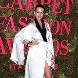 Petra Nemcova strahlt im Kimono-Dress aus GOTS-zertifizierter Seide von Genny, das mit bleifreien Swarovski-Kristallen besetzt ist.