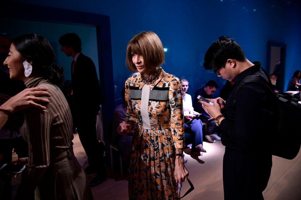 Vogue-Chefin Anna Wintour sucht ihren Platz bei Ferragamo.