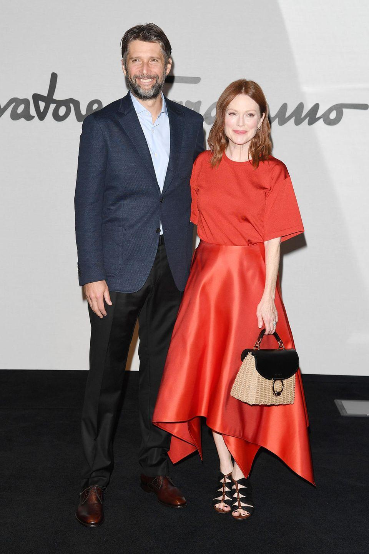 Julianne Moore und Bart Freundlich haben Hollywood verlassen, um sich die Show von Salvatore Ferragamo anzugucken.