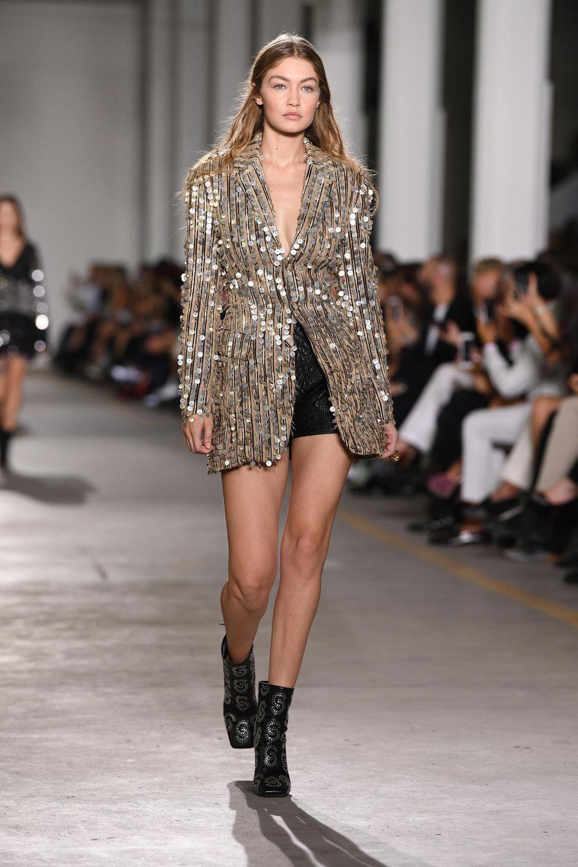 Gigi Hadid folgt ihr in einem zweiten Look, der wundervoll glitzert.