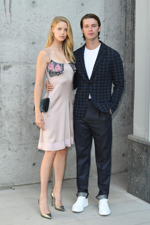 Das schönste Paar der Front Row geben Patrick Schwarzenegger und seine Freundin Abby Champion ab.