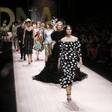 """Monica Bellucci beweist, dass der Laufsteg kein Alter kennt. Kurz vor ihrem 54. Geburtstag führt sie diewild zusammen gewürfelte """"model-Gang"""" bei Dolce & Gabbana an."""