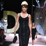 Genauso wie das 90s-Supermodel Helena Christensen. Sie macht in einem geschnürten Midi-Kleid eine ausgezeichnete Figur.