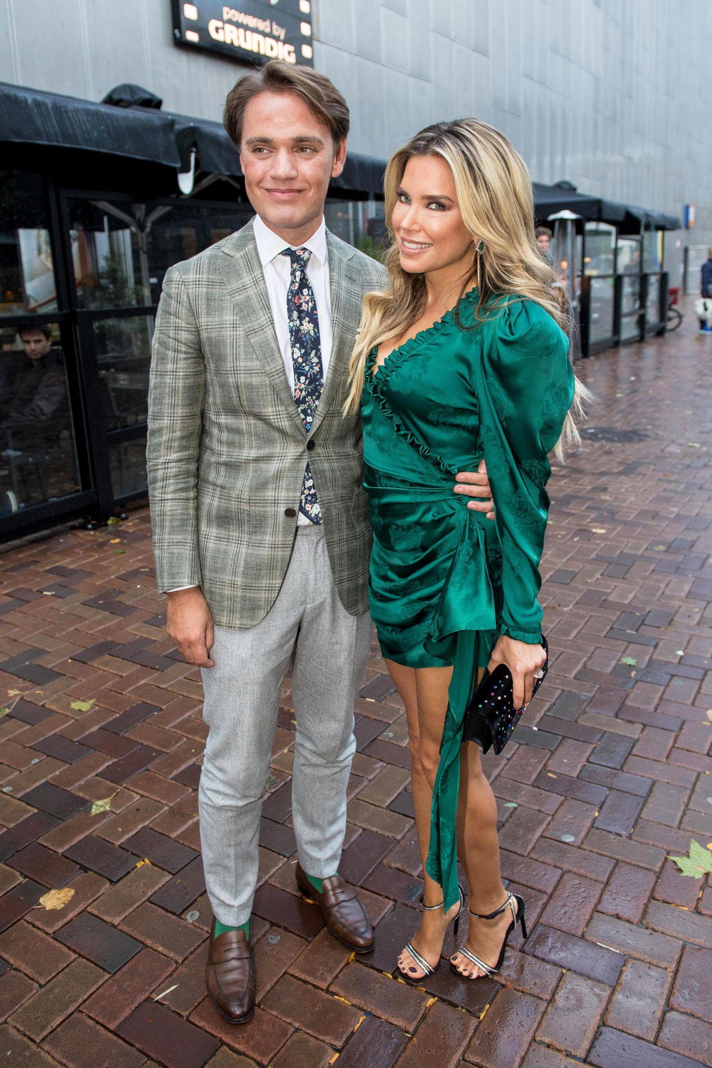 Zufall oder Absicht?Sylvies Bruder Daniel begleitet seine berühmte Schwester zur Premiere. In Sachen Mode scheint sich das Geschwister-Paar bestens zu verstehen, denn Daniel hat seine Socken sogar farblich auf Sylvies Kleid abgestimmt.