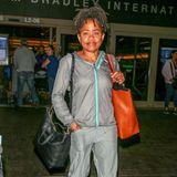 ... Denn nur ein paar Tage später hat sich Doria Ragland aus dem royalen Look gepellt und zeigt sich in einergrauen Jogging-Hose mit farblich abgestimmter Trainingsjacke am Flughafen in den USA. Für densportlichen Zweiteiler hat sie die beigefarbenen Pumps gegen weiße Sneaker getauscht - alles in allem eine Styling-Verwandlung von 180 Grad.