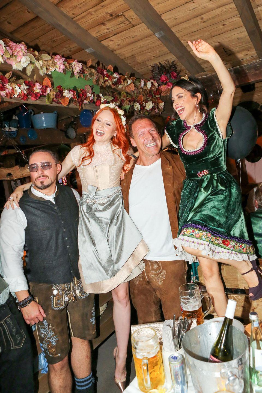 Komm wir tanzen auf dem Tisch ... Bei Klemens Hallmann, Barbara Meier, Ralf Moeller und Victoria Lauterbach herrscht ausgelassene Partystimmung im Bierzelt.