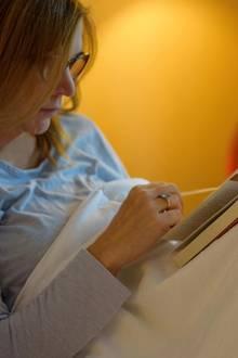 Sie findet eine Vatertagskarte im Nachttisch ihres Mannes (Symbolbild)