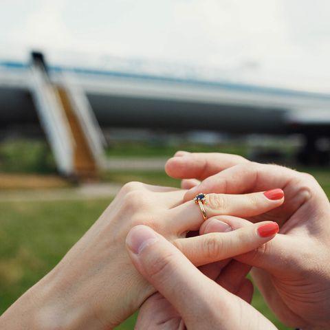JA-Wort mit Folgen: Stewardess bekommt Antrag im Flugzeug - dann wird sie gefeuert